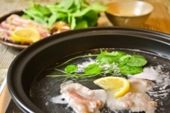 刻んだ塩レモンorペーストをお肉にまぶし時間を置くことで、お肉が柔らかに!クレソンと一緒にお湯にくぐらせ、これまた特製の塩レモンを入れた塩レモンポン酢で召し上がれ♪さっぱりとした味わいに、次から次へとお箸が進みます。