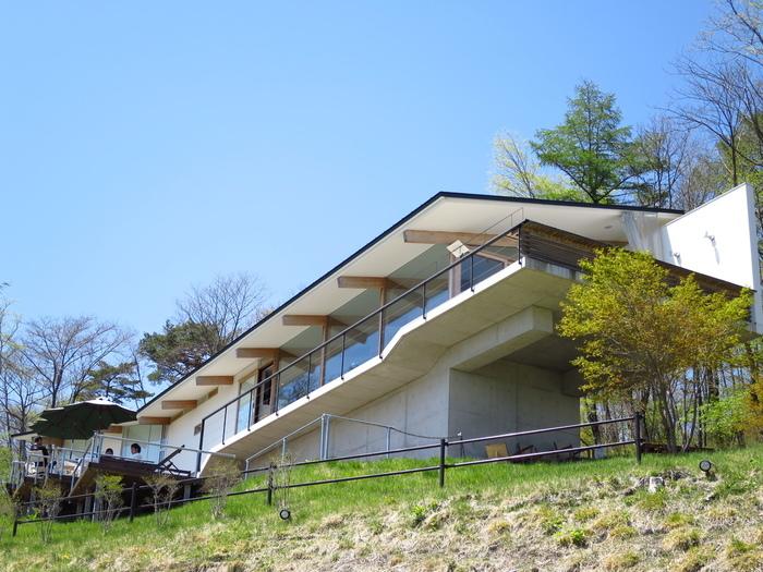 カフェ・アウラは軽井沢の緑あふれる森の中にあるカフェ。 天空カフェの名の通り高台にあり、絶景を楽しむことができます。