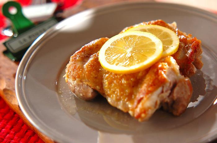 鶏のもも肉をフライパンでソテーし、余分な油をキッチンペーパーで拭き取ってバターと塩レモンを加えてからめれば完成!大きめのプレートに盛り付けてレモンのスライスをトッピングすれば、とってもおしゃれな一品に。ワインなどと一緒にどうぞ。