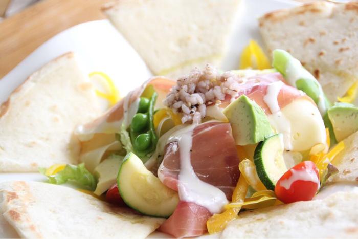 新鮮な野菜をたくさん使った軽食がいただけます。 心も体も芯からリフレッシュできそうですね。