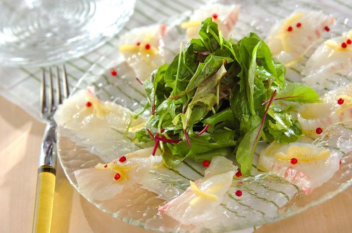ドレッシングに塩レモンをちょい足しした鯛のカルパッチョ。野菜もたっぷり摂れて、美容にもうれしいですね!特製の塩レモンドレッシングはホタテやタコ・エビなどの魚介類やハム、トマトなどの生野菜と和えても美味しいです。