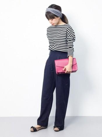 大人っぽいマリンコーデにピンクのクラッチバッグが映えます。さりげないのに洗練された雰囲気が素敵ですね。