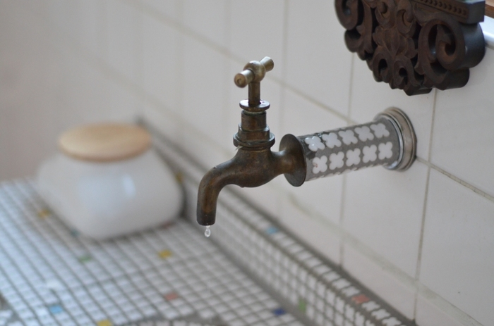 石鹸の原料には油脂が含まれているので、溶けやすく、洗浄力がでる水の温度があります。使用する水の温度が低いと石鹸が溶けず、洗うものもきれいになりにくくなります。