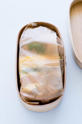 曲げわっぱには、余分な水分を吸収してくれる特性があります。パンを入れる時は必ず、ラップやワックスペーパーをひいて乾燥を防ぐようにしてください。