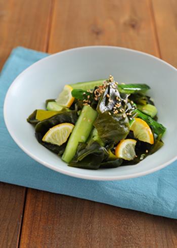きゅうりとわかめの食感が楽しめる和えもの。こちらのレシピではフレッシュレモンを使っていますが、うまみのある塩レモンでもよさそう。冷蔵庫の残り物などを使ってちょっとした副菜が作れます。