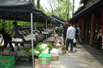 季節ごとに行われている軽井沢マルシェもおすすめ! 新鮮な野菜や地元食材を生産者の方々から直接購入できます。 10月までの第3土、日曜と8月は毎週末開催予定。