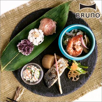 天然石のマルチププレートは、笹の葉や、ブルーが印象的な小鉢を合わせると、おしゃれな和風プレートとして使えますね。ブラックのプレートは、和洋中アレンジ自在なので一枚あるとカフェ風アレンジに便利です。