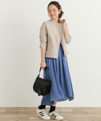 シングルタイプのライダースは、かっちりしすぎず女性らしい雰囲気で着こなせます。ハイウエストスカートを合わせるとスタイルアップ効果も期待できますよ。
