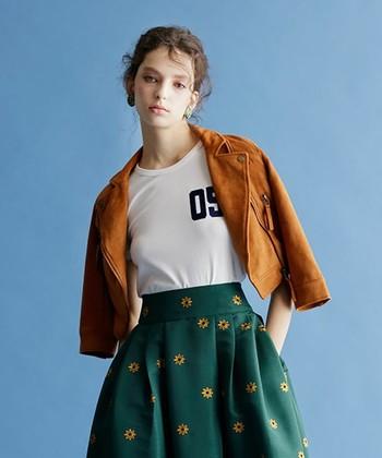 ライダース×スカートをフェミニンに着こなすには、短め丈ですっきり着られるコンパクトなシルエットを選ぶとバランス◎。さらに、色や素材の選び方もポイントです。