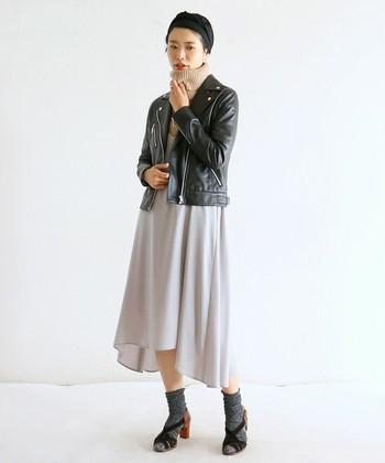 柔らかなタートルニットとフレアスカートを合わせることで、メンズライクなライダースも女性らしく着こなしています。ソックス×サンダルで足元をあえて外した上級者コーディネートです。