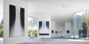 アートに興味のある方には、軽井沢千住博美術館はいかがでしょうか。 緑と一体となった開放的で斬新な館内には現代日本画家・千住博さんの作品が約100点所蔵されています。  千住さんの作品の一つである「星の降る夜に#10」。 は必見です!