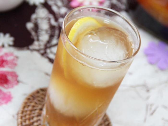 人気が定着しつつあるフルーツブランデーづくり。こちらはリンゴと紅茶のティーバックを漬け込んだもの。それをレモンジュースとジンジャーエールで割ったさわやかフルーティなロングカクテルです。それに合わせるのは同じくリンゴを使ったおつまみ、タルティーヌ。