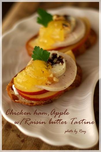 タルティーヌとはパンの上に具材を乗せたフランス式のオープンサンドイッチ。リンゴ、クリームチーズやレーズンバター、チキンハムなどを載せて。りんごとあっさりしたハムにチーズやバターのコクをプラスして。