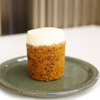 一番人気のキャロットケーキ。ベースはにんじん、くるみ、シナモンを入れたスポンジケーキ。上の白い部分はクリームチーズを使用した濃厚なトッピングです。