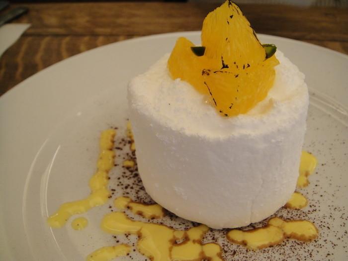 ヴァレンシアはソフトなメレンゲのケーキ。 オレンジのムースが程よい酸味です。