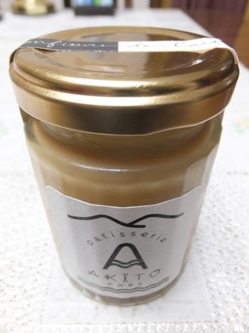 「菓子sパトリー」のシェフパティシエ時代に考案したミルキッシュジャムは、6年連続でモンドセレクションの金賞を受賞しています! そのミルクジャムを混ぜ込んだ、とてもなめらかなプリンです♪