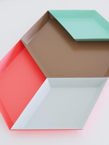 デンマークのインテリアプロダクトブランド「HAY」のスタイリッシュな幾何学トレイです。パズルのように組み合わせて使ったり、ひとつでも抜群の存在感をはなちます。