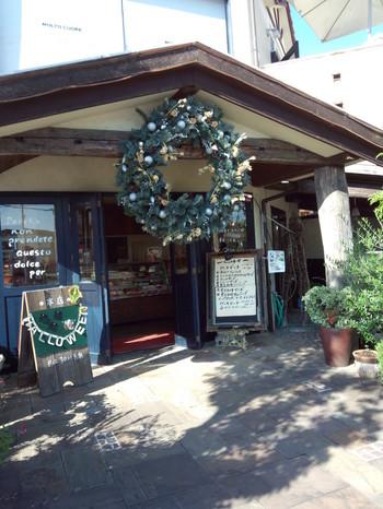 自然豊かな神戸市西区で営まれている、MOLT CUORE(モルトクオーレ)。 自家栽培の果物やフルーツシュガーを使用したスイーツは、本当にやさしい味わいです。  神戸でもめずらしい女性のオーナーシェフが作り出すお店とあって、かわいらしいデコレーションにも目をうばわれます。 畑で採れた新鮮な果物を店頭で販売していることもある、ユニークなパティスリーです。