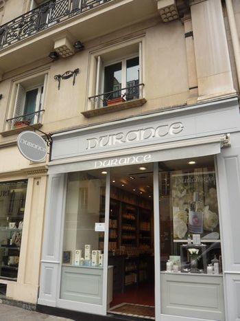 「Durance / デュランス」は南フランス、プロバンスをコンセプトにしたスキンケア&コスメのフランス製オーガニックブランド。こちらは、パリにある直営店です。店内はコンセプトに合わせたナチュラルで優しい色使いのインテリアで、プロバンスの香りが溢れ出す素敵な空間。