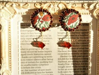 ★ 「ひなげしのイヤリング」・・・真っ赤なひなげしリバティプリントを使った個性的なイヤリング。 赤いスワロフスキーを繊細なチェーンにつけ、揺れる度にキラキラと変化する表情が素敵です。