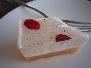 こちらはライチ&グレープフルーツのケーキです。ケーキは一つ一つがとっても凝っていて美しいのです♪
