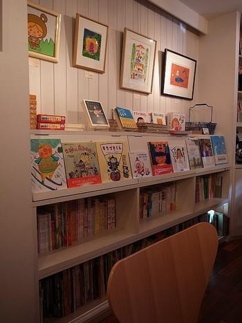店名の通り店内は絵本で溢れています。こちらのオーナーさんは子供のための音楽、そして作家の中川ひろたかさんなんですよ。お食事も頂けて、お子さんも親御さんもうれしいカフェなんです。