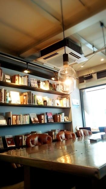 ガラス張りの店内は天井も高く、とても落ち着く空間です。