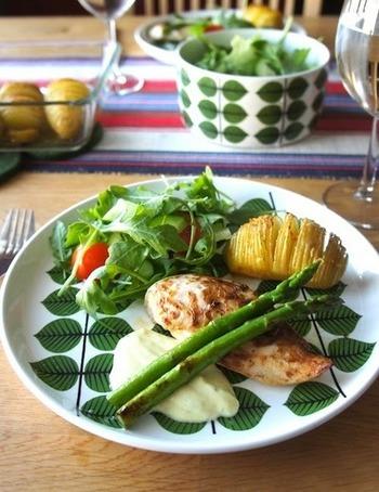 """テーブルウェアに北欧を採り入れたら、もうそこはスウェーデンな気分!ちなみにこの食器は、スウェーデンの老舗食器ブランド""""グスタフスベリ社""""の『BERSA』。このBERSAとは、スウェーデン語で""""葉(葉っぱ)""""という意味があるんです。この食器のように、北欧の長い冬も楽しく過ごせるように、自然のモチーフが使われているものがたくさんあります。 ほかにも、ハンドメイドでランチョンマットやテーブルクロスを作ってみるのも楽しそうですね。"""