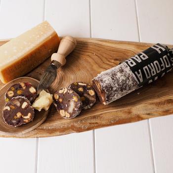 あまじょっぱいものやワインがお好きな方にはパルミジャーノを使ったチョコレートサラミはいかがでしょう? カットとすりおろし両方使うことで、風味を豊かにしてくれます。