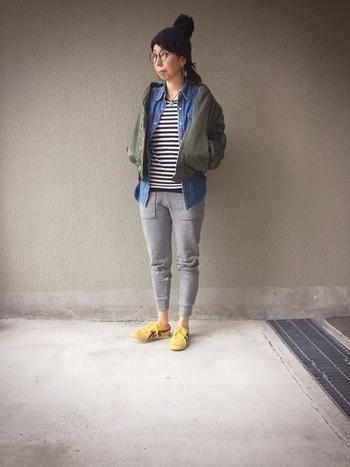 靴以外をモノトーンやアースカラーで揃えると、スニーカーの色が引き立ちます♪スニーカーが主役のコーデに。