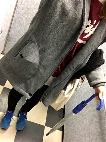 カラースニーカーで靴だけ目立つのが心配な方は、バッグやストールなどの小物と同じ色に揃えるとまとまった印象になります。  こちらは傘とリンクさせたコーデ。雨の日がちょっと楽しくなりそうですね。