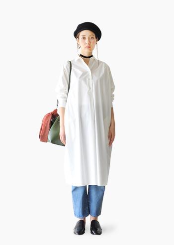 真っ白なストンとしたシャツワンピにデニム。帽子、チョーカー、靴は黒で統一感のあるスタイルです。  やっぱり春は肌見せが◎