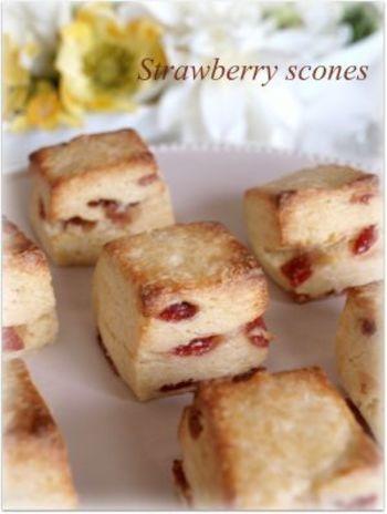 ドライストロベリーを使った、見た目もかわいいスコーンです。自然派の方はドラフルーツの甘味で、ちょっと甘いスコーンを楽しみたい方はストロベリーチョコをプラスしても楽しめそうです。