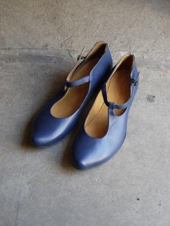 キレイめコーデや、カジュアルの中に女子っぽさをプラスしたい時に重宝するのがヒール靴やパンプスです。  独特のデザインと大人っぽいネイビーレザーがいつものコーデを格上げしてくれます♪
