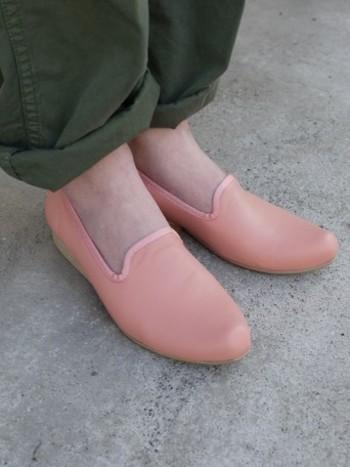 ペタンコ靴でガンガン歩きたい!そんな人におすすめなのはヒールのほとんどないフラットタイプのシューズ。 スリッポンなのにどこか品のあるデザインは、キレイめコーデはもちろん、カジュアルコーデにもピッタリです。  春らしいカラーを選べばさらに季節感のあるオシャレな着こなしの完成です♪