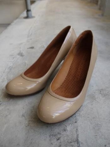 脚がキレイに見える7cmヒール。ヒール靴は苦手の人も履きやすい、安定感のある太めのウッドヒール、足を包み込むようなフォルムが素敵な大人パンプスです。