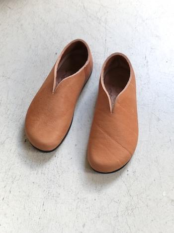 木靴のようなコロンとしたカタチがとっても可愛いシューズ。 フランスのしっかりとした牛革で作られた、シンプルで軽い履き心地が魅力的、履きこむほどに味の出るシューズを長く愛してみませんか?