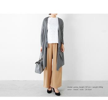 キャメルのワイドパンツに白トップスで清潔感のあるファッションは社内ウケも良さそうです。  グレーのロングカーディガンとバッグで統一感を出し、黒パンプスで引き締めたスタイルできちんと感をアップ♪