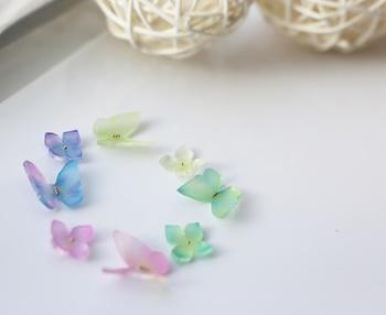 """必要な材料は、普通のプラバンアクセサリーを作るときとほとんど同じです。ただしすりガラス風の透明感を出すために、白プラバンではなく""""透明プラバン""""を選びましょう。  【材料】 ①透明プラバン ②紙ヤスリ ③ハサミ ④着色料(色鉛筆やパステルなど) ⑤ツヤ消しニス ⑥アクセサリー金具"""
