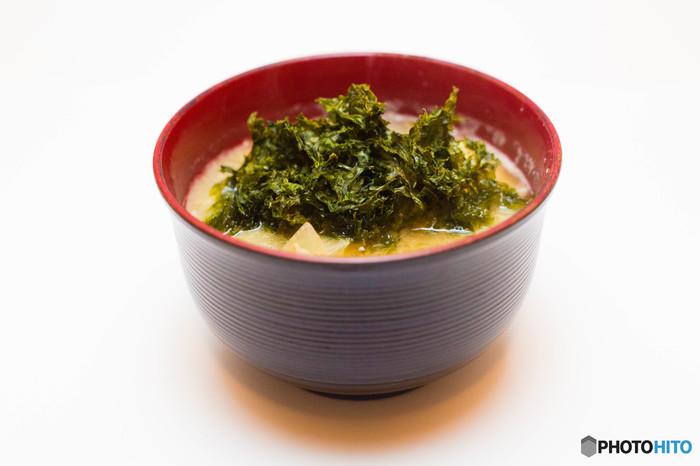 煮た大豆をつぶし、塩と麹をまぜて発酵させて作る天然醸造の味噌は、身体の活動を助ける酵素がたっぷり。また、原料である大豆には脂質やコレステロールの酸化を防いで代謝を促進するサポニンや、腸内環境を整えるペプチド、女性ホルモンと同じ働きをするイソフラボンが含まれています。具だくさんのお味噌汁を作れば、お野菜もたっぷり摂ることができますね。