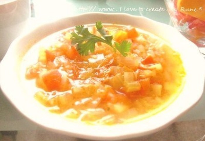 いろいろな野菜が入った野菜スープを、炊いた玄米ご飯に注いで仕上げるお手軽ごはん。玄米ご飯は、多めに炊いて冷凍しておいても良いですね。
