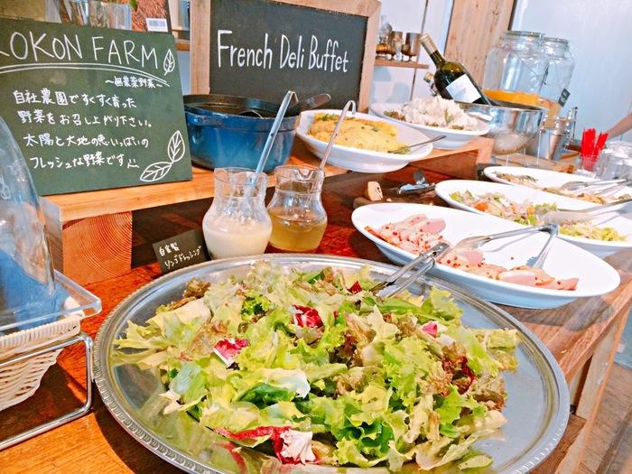 デパ地下のお惣菜やさんを「デリ」って呼びますよね。正式名称は英語で「 Delicatessen(デリカテッセン)」。  実はもともとドイツ語の「美味しいもの」という意味の言葉を借りて作られた言葉なんですって。デパ地下のお惣菜やさんにピッタリな呼び名です。