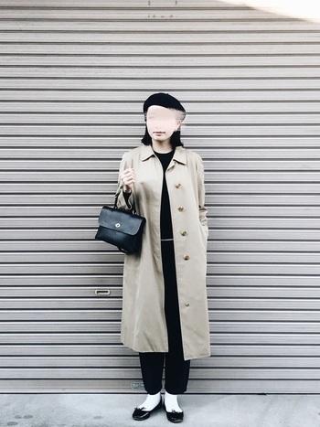 ロングコートが縦ラインをキレイに見せてくれますね。ベレー帽とバレーシューズが、モノトーンコーデに女性らしい柔らかな印象を与えます。
