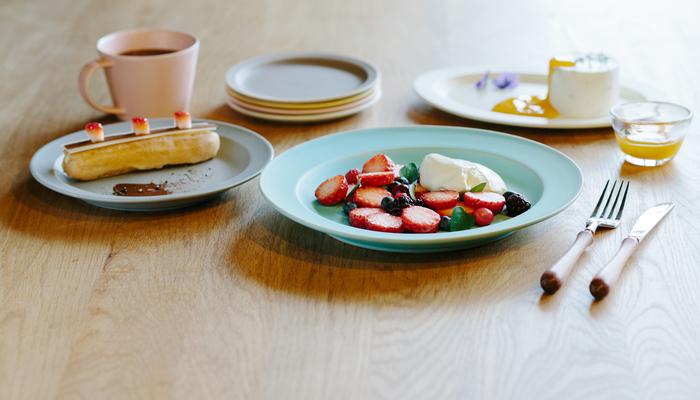 縁のあるデザインがアクセントにもなり、使いやすさを支えてくれています。いつもの食材やお料理もお皿が違うと表情を変えますね。