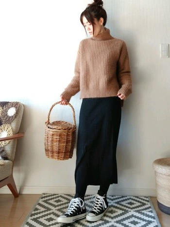 暖かくなってきたら、こんなバスケットを持って公園にお散歩に行くのも素敵♪思いっきり歩くにはコンバースのように歩きやすいスニーカーがピッタリです。スカート、タイツ、オールスターとカラーを合わせてまとめて見せることで上下1:1のバランス、すっきりとしていながらどこかほっこりする大人のスタイルに。