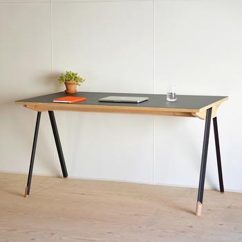 木とスチールで出来たスタイリッシュな机は、お仕事にもコンパクトなテーブルとしても使用可能。天板はリノリウムという亜麻仁油(アマニユ)を主原料とした天然素材を表面に使用しています。
