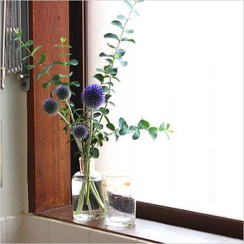 太陽を好む植物にとって、窓辺は特等席と言える場所。まずは好きな切花を飾ってみましょう。お部屋の中がぱっと明るくなりますよ♪職人さん手作りのガラス瓶は、シンプルな中に温もりが感じられるアイテム。小ぶりなサイズが窓枠にぴったりです。