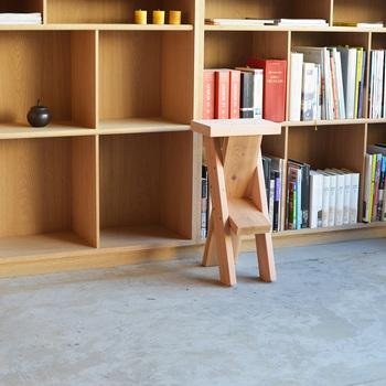 ちょっと腰掛けるのに丁度いいスツールは3種類の高さが選べる優れもの。ハイカウンターでの使用や、子供部屋でも活躍してくれます。耐候性の高い素材を使っているので、室内はもとより屋外での利用も可能です。