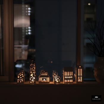 日が暮れたらさっそくキャンドルを灯しましょう!まるで窓辺に小さな街が生まれたような眺めになります。ぜひともシリーズで集めたくなるアイテムです。