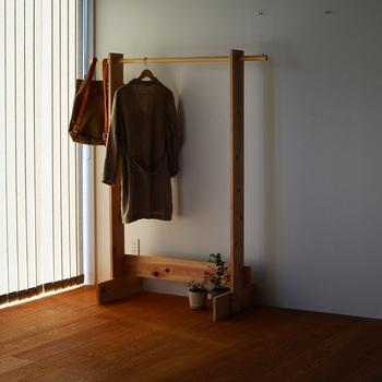 宮城県の生駒杉を使用したクローズハンガー。シンプルな作りがいかにも使い勝手がよさそうです。組み立ても簡易で誰でもDIYすることができます。